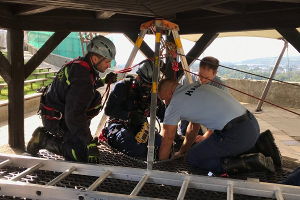 Nácvik záchrany uviaznutej osoby z 80 metrov hlbokej Studne lásky.