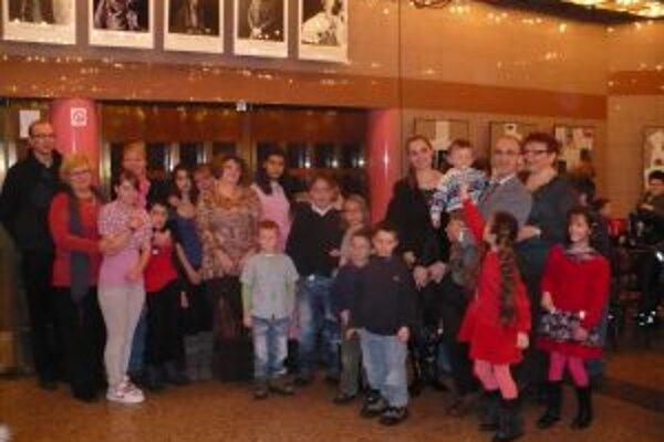Deti v divadle, aj s niektorými profesionálnymi rodičmi.