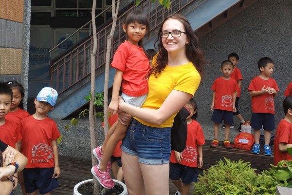 Lívia Melicherová sdeťmi ztaiwanskej škôlky.