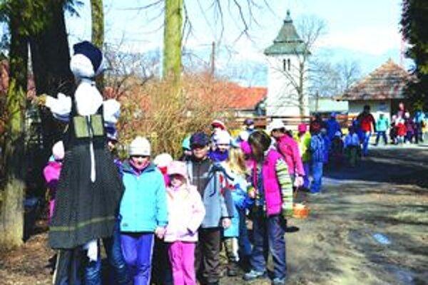 Deti počas prechádzky Turčianskou Štiavničkou.