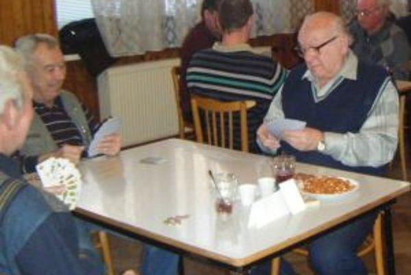 Sústredení hráčiKartári sa na turnaj v Košťanoch nad Turcom tešia celý rok. Hráči mariášu pri kartách sedia aj niekoľko hodín.