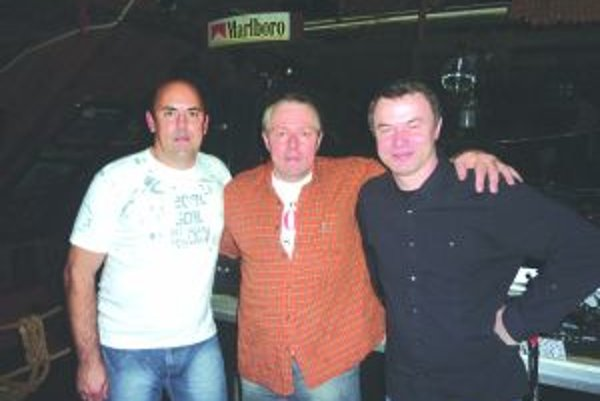 Dídžeji. Zľava Rudo Mišík (46), Julo Krivuš (50), Ján Haliena (43) sa po rokoch stretli za mixážnymi pultmi.