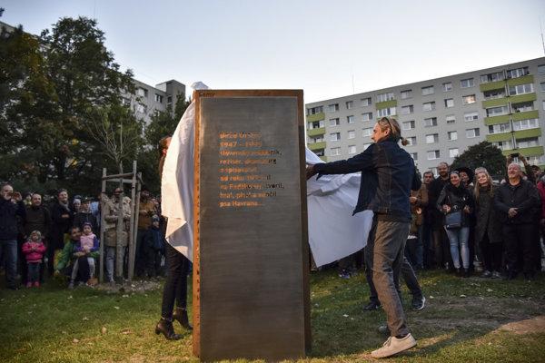 O oficiálne odhalenie pamätníka Dežovi Ursinymu sa postaral jeho syn Jakub (vpravo) v rámci koncertu Spomienka na Deža.