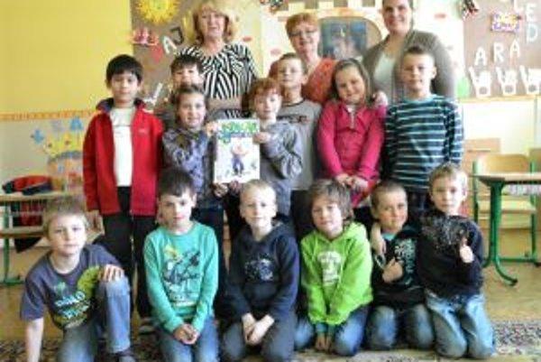 Prváci s pedagógmi a autorkou šabikára.