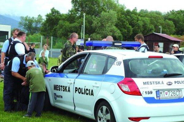 Výtržníkom deti pomohli nasadiť aj putá a potom si vyskúšali policajné autá.