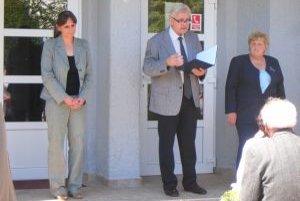 Pár slov pri tejto príležitosti povedal aj profesor Kamil Javorka. Vpravo: starostka obce Elena Jackulíková