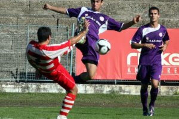 Hráči Komárna (vo fialovom) rozhodli o výhre nad Pov. Bystricou dvoma gólmi v závere.
