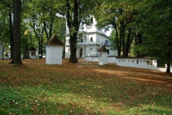 Ostrovná romantika. Zo zatopenej dediny ostal len kopec, teraz ostrov s kostolom a lesíkom.