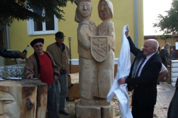 Drevenú dvojicu dnes slávnostne pokrstil starosta obce Ján Žirko. Jej autormi sú Ján Petráško, Zeno Jurášek a Ivan Blahušiak.