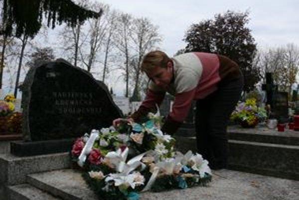 Správkyňa cintorína Danica Štípalová je jedinou, ktorá bezdomovcom zapáli sviečku.