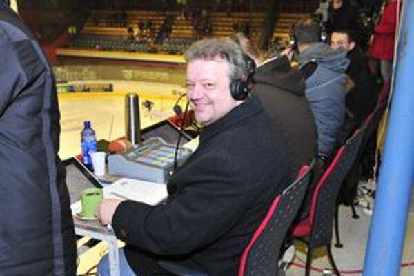 Jindřich Novotný. Hokejový tréner sa dobre cíti aj v úlohe televízneho komentátora.