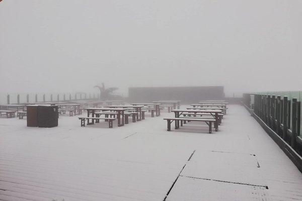 Na Chopku to už pripomína zimu.