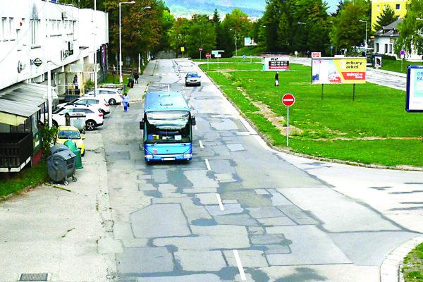 Ako prvá by sa mala vraj opravovať cesta na Ľadovni.