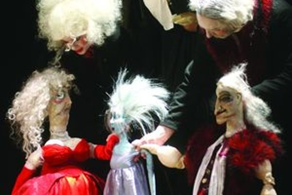 V závere Dotykov a Spojení odohrá divadlo z Opole Gombrowiczovu drámu  Ivona, princezná burgundská.