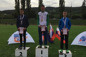 Lukáš Prívara zKysuckého Nového Mesta na najvyššom stupienku po triumfe vbehu na 5000 metrov.