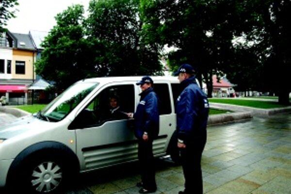 Kontrola. Vladka Šafáriková a jej kolega Peter Pažický kontrolovali povolenie vozidla na vjazd do pešej zóny.
