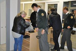 Pri vstupe do budovy súdu musel každý prejsť prehliadkou.