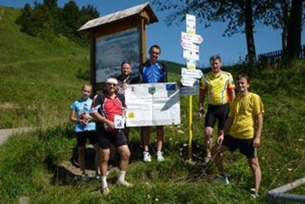 Posledné smerové orientačné značenie novej cyklotrasy na hranici Slovenska a Poľska.