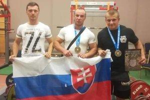 Jaroslav Žuffa (v strede) sa stal majstrom sveta v silovom trojboji.