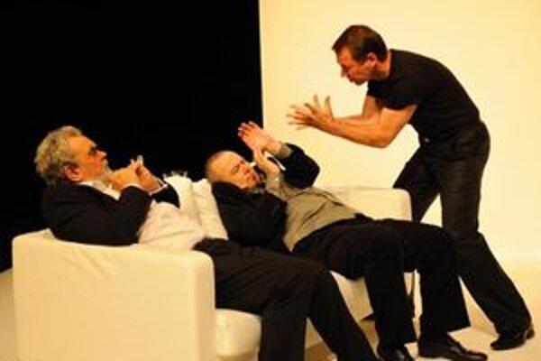 Martinskí divadelníci ponúknu návštevníkom počas Noci divadiel inscenáciu Kumšt. Na snímke Ján Kožuch, Martin Horňák a František Výrostko.