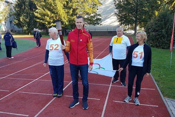 Matej Tóth s olympijskou pochodňou pri zahájení turnaja.