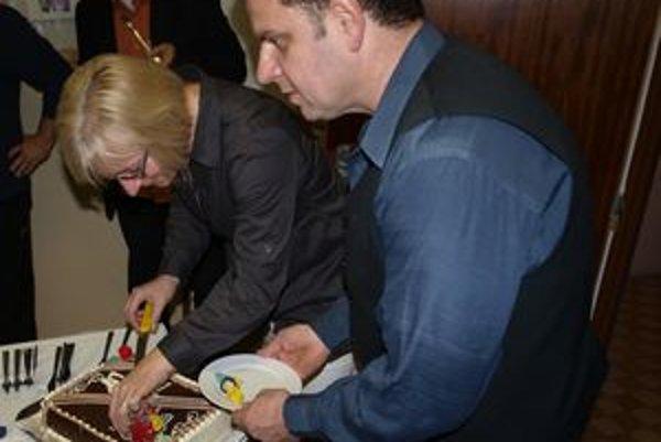 Doktorka Monika Droppová krája tortu pri oslove desaťročnice vzniku záchranky v Turčianskych Tepliciach.