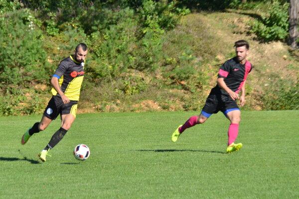 Lukáš Héger (s loptou) ešte v drese FK Krh. Podhradie. FOTO: PP