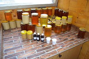 Pán Fedkov má rôzne druhy medu vrátane tmavého medovicového. Najzdravší je prvý jarný med. Keď stuhne, treba ho ohriať v teplej vode.