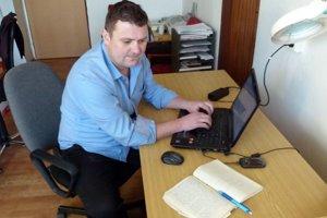 Peter Špirko pri prepisovaní ručne písaných zápiskov starého otca.