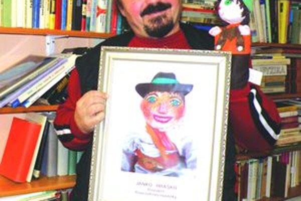 Jano s JankomJano Cíger premiestnil Janka Hraška z knihy do reálneho života, vytvára pre deti okolo neho rozprávkové podhubie. Urobil už z neho i prezidenta.