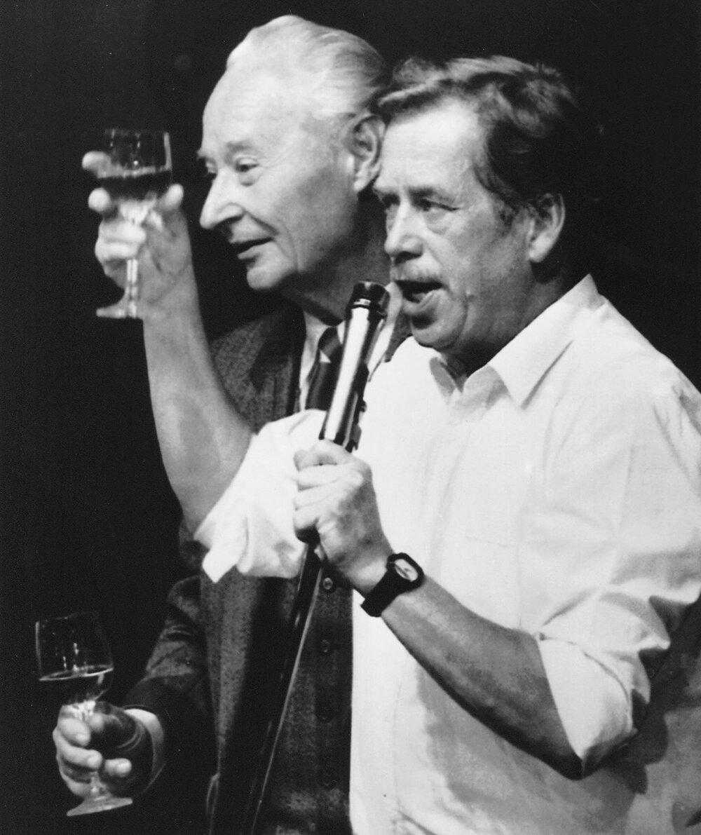 V 90. rokoch vyhrali idealisti na čele s Václavom Havlom, zasadzujúci sa o spoločenský zmier.