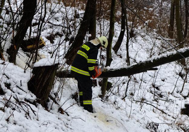Odstraňovanie stromu na ceste z Kremnice do Lúčok.