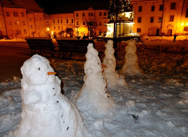 Snehuliaci na kremnickom Štefánikovom námestí.