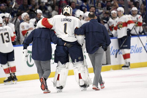 Brankár Floridy Roberto Luongo opúšťa ľad po zranení.