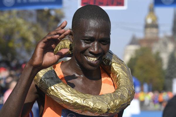 Kenský bežec Raymond Kipchumba Choge.