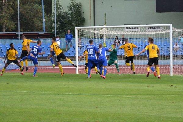 Vujoševič (v modrom vľavo) dal štyri góly v Lipanoch.