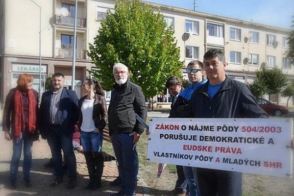 Nespokojní farmári v Sobranciach protestovali proti zlámu zákonu o pôde a agrobarónom. (FOTO: HAB)