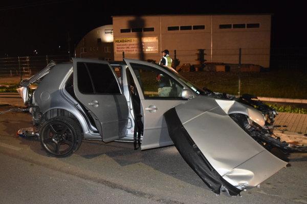 Vodič neprispôsobil rýchlosť jazdy svojím schopnostiam. Dostal šmyk.