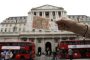 Podľa Bank of England britský parlament pracuje na právnych predpisoch, ktoré umožnia poskytovateľom poistných zmlúv a centrálne zúčtovaným derivátom z EÚ pokračovať v poskytovaní služieb zákazníkom v Spojenom kráľovstve aj po brexite.