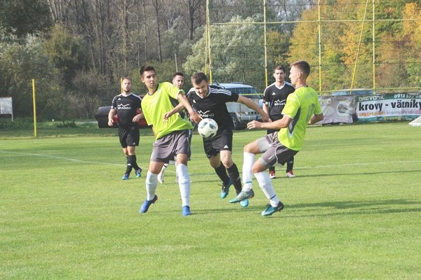 V súboji H. Poruby (v zelenom) s Lysou padlo sedem gólov.