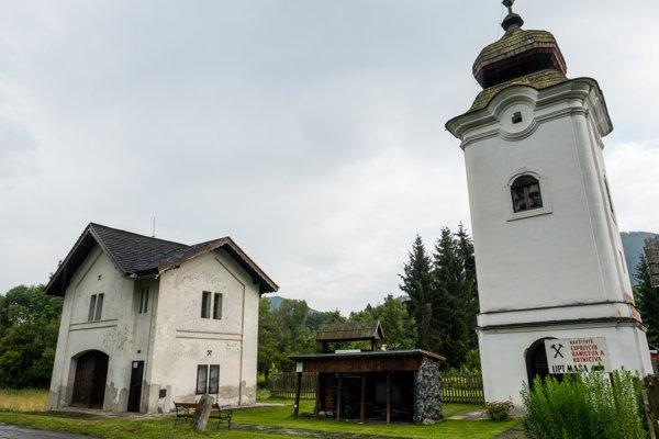 Na území maše sa zachovali budovy vážnice a klopačky.