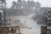 Muž stojí v blízkosti pláže Arjipalli naa pobreží Bengálska, ktoré čelí cyklóne Titli.
