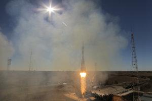 Štart rakety Sojuz MS-10 z kozmodrómu Bajkonur v Kazachstane.
