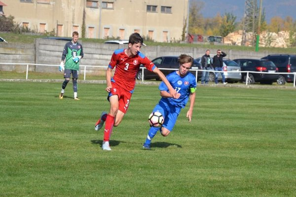 Čech Endl (v červenom) v súboji so slovenským kapitánom Kušnírom.