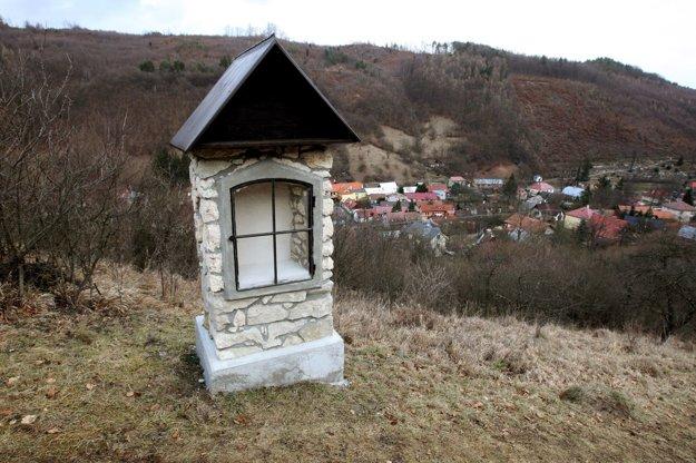 Kalvária je hneď na obcou, no prístup k nej odrezali domy.