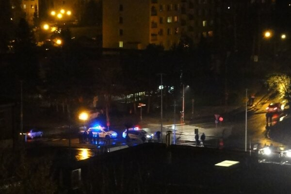 Svetlo policajných majákov pretínalo večernú tmu pod oknami bytoviek zhruba dve hodiny.
