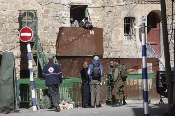 Žena napadla vojaka hliadkujúceho v uliciach Hebronu.
