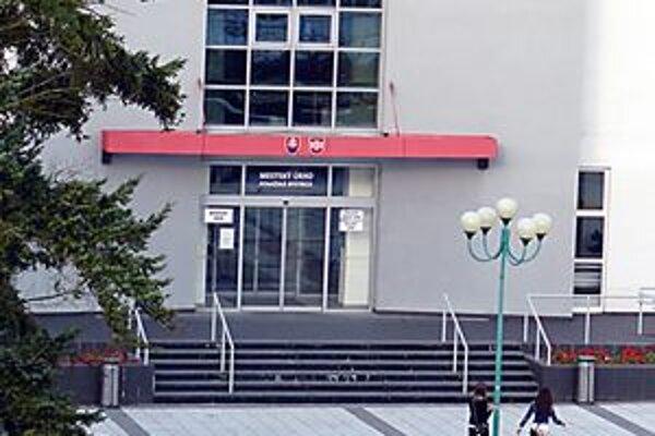 Dovolenkovať budú aj zamestnanci považskobystrického mestského úradu.