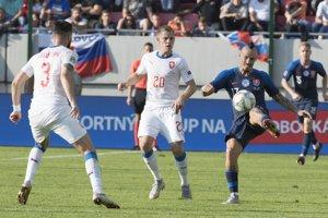 Slovák Marek Hamšík odkopáva loptu pred českými hráčmi.