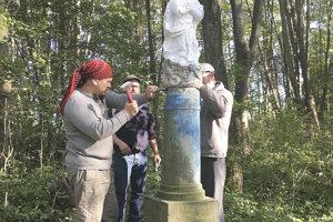 Odborníci pred časom demontovali sochu, ktorá bola kedysi súčasťou dnes už zatopenej Osady.